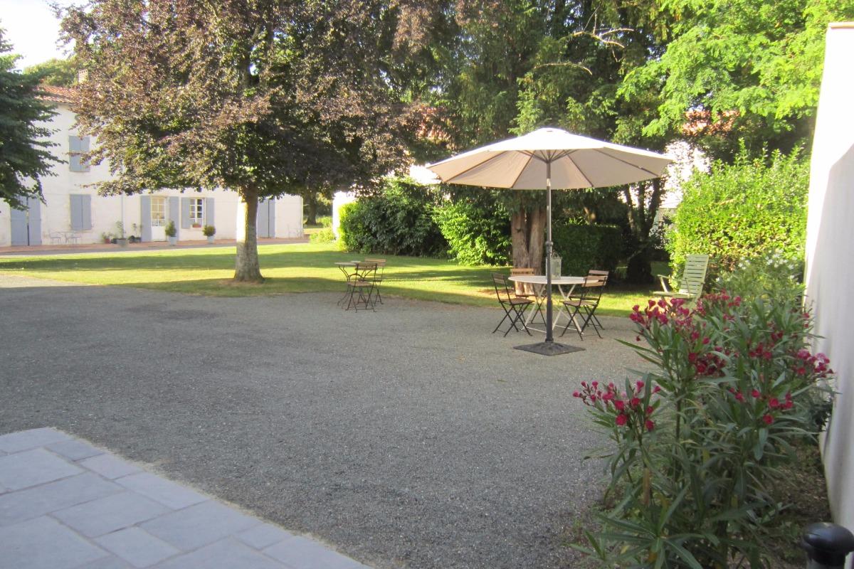 Terrasse et jardin, au fond le logis des chambres d'hôtes - Location de vacances - Puyravault