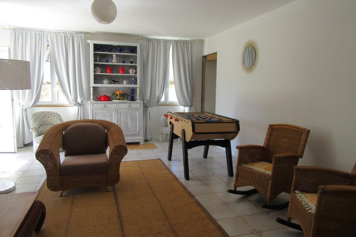 Le grand salon avec son baby foot - Location de vacances - Saint-Ciers-du-Taillon