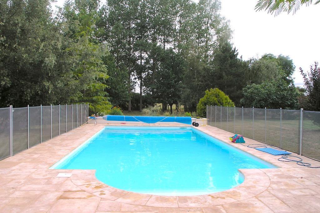 La salle à manger d'été avec barbecue et la terrasse - Location de vacances - La Vallée