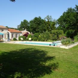 La piscine devant la maison - Location de vacances - La Vallée