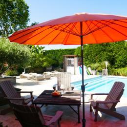 Terrasse donnant sur la piscine commune - Chambre d'hôtes - Saint-Georges-du-Bois