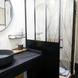 La salle d'eau attenante et privative - Chambre d'hôtes - Saint-Georges-du-Bois