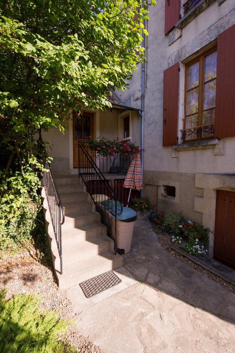 intérieur cour avec escalier accès cusine - Location de vacances - Sancerre