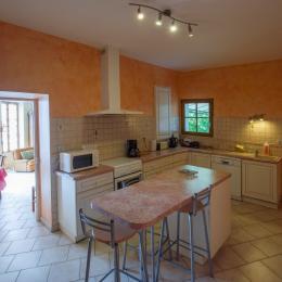 cuisine depuis escalier pour monter 1er étage - Location de vacances - Sancerre