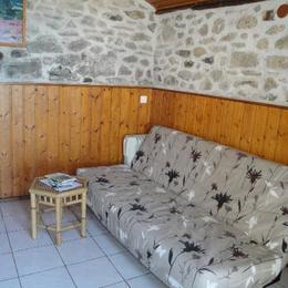 coin salon avec clic clac - Location de vacances - Gimel-les-Cascades