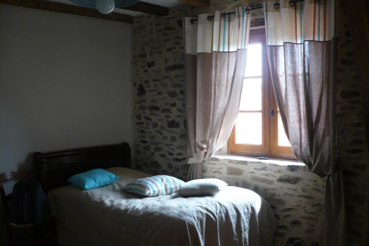 Chambre haut 2 - Location de vacances - Beaumont