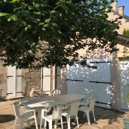 Bienvenue ! Dans la cour, possibilité de déjeuner à l'ombre du tilleul - Location de vacances - Pérols-sur-Vézère
