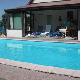 sud ouest,véranda 32 m2,donnant sur piscine - Location de vacances - Yssandon