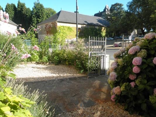 Jardinet sur rue face au chateau