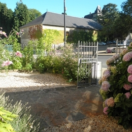 Jardinet sur rue face au chateau  - Location de vacances - Arnac-Pompadour