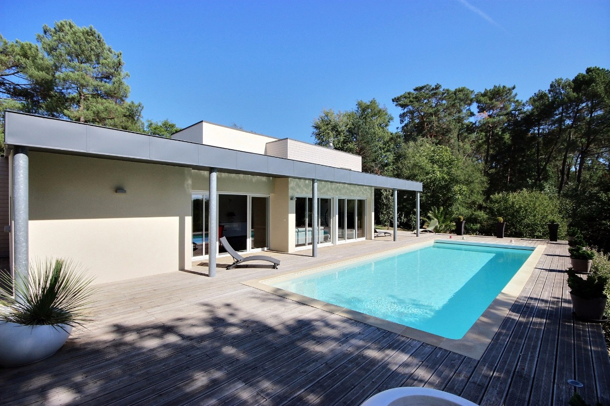 Villa ultra contemporaine avec piscine chauffee proche des sites touristiques location vacances for Location de maison
