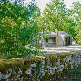 Le Dôme, niché dans une forêt de chênes truffiers bordée de murets de pierre de pays - Location de vacances - Chartrier-Ferrière