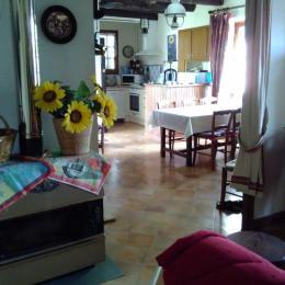 Belle maison de pays - Salle-à-manger et coin cuisine - Location de vacances - Astaillac