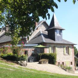 La ferme de Courcelles - Gite en Thiérache - Sa façade Sud Ouest et sa terrasse - Location de vacances - Guise