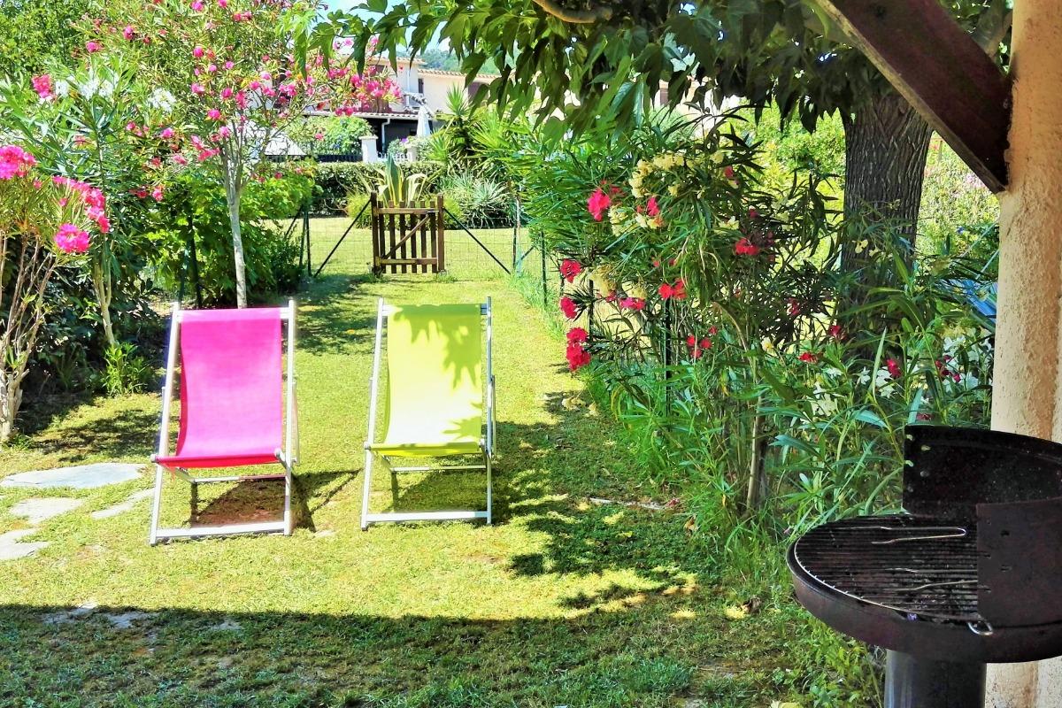La terrasse couverte côté jardin avec table et chaises pour les repas et la détente en extérieur. - Location de vacances - Poggio-Mezzana