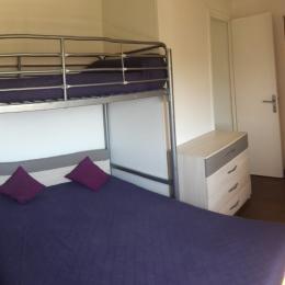 La chambre parentale climatisée, côté jardin, avec pont de lit avec penderie, placard, étagères et miroir.  - Location de vacances - Poggio-Mezzana