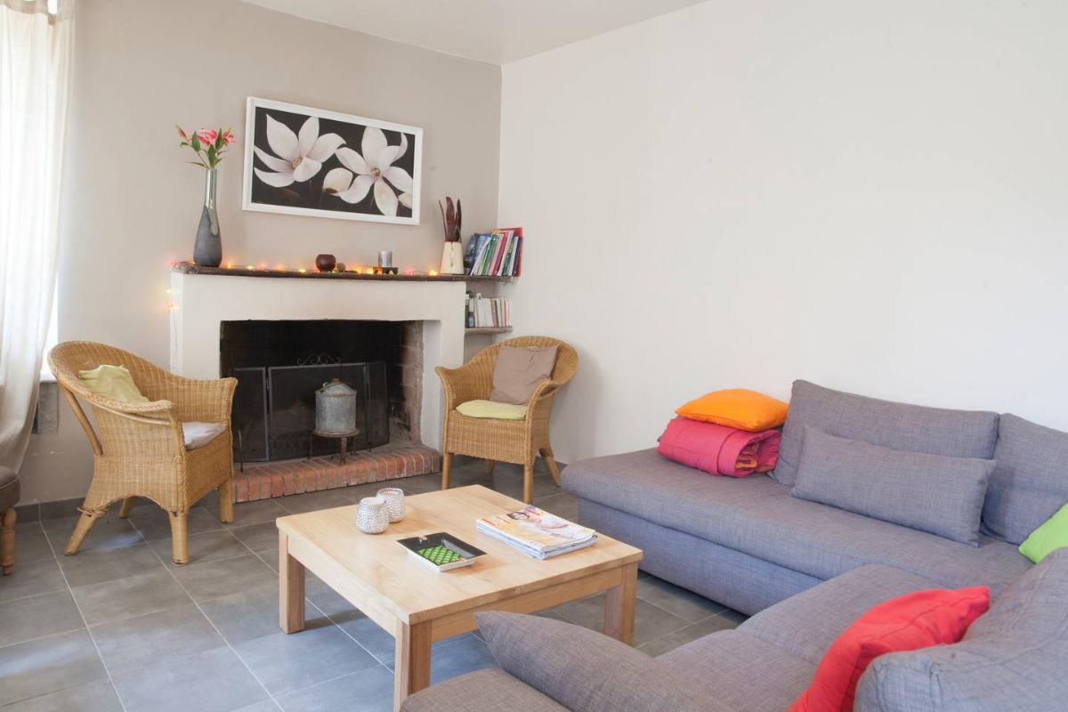 Salon avec sa cheminée traditionnelle - Location de vacances - Gavignano