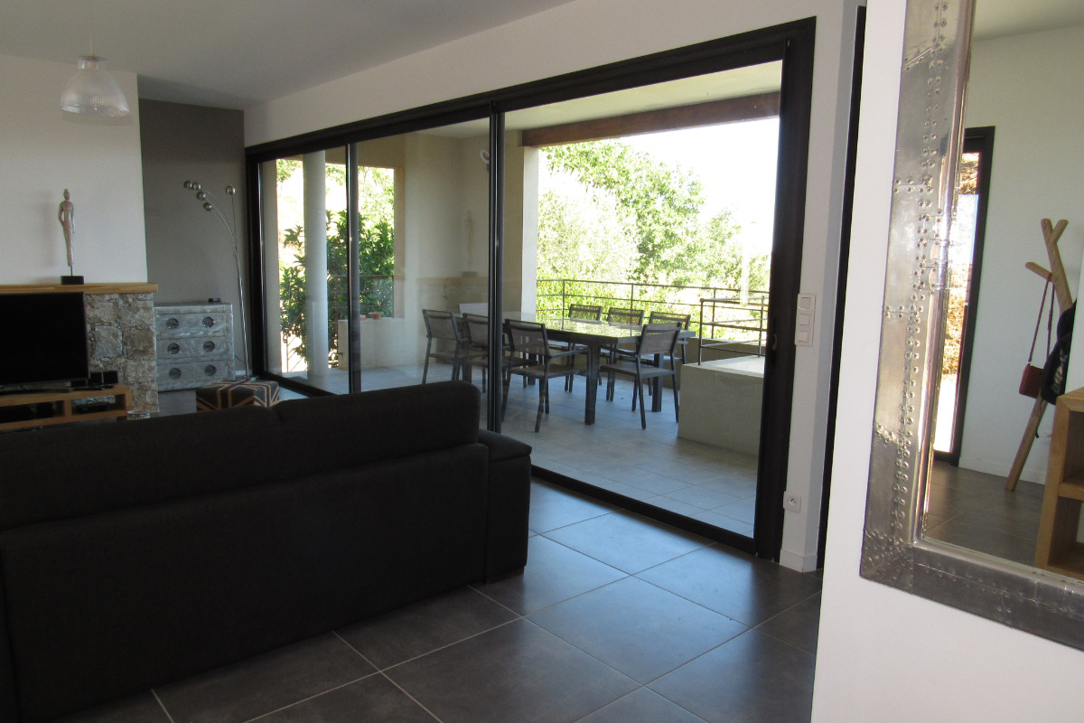 sejour et terrasse couverte avec accès cuisine - Location de vacances - Lavatoggio