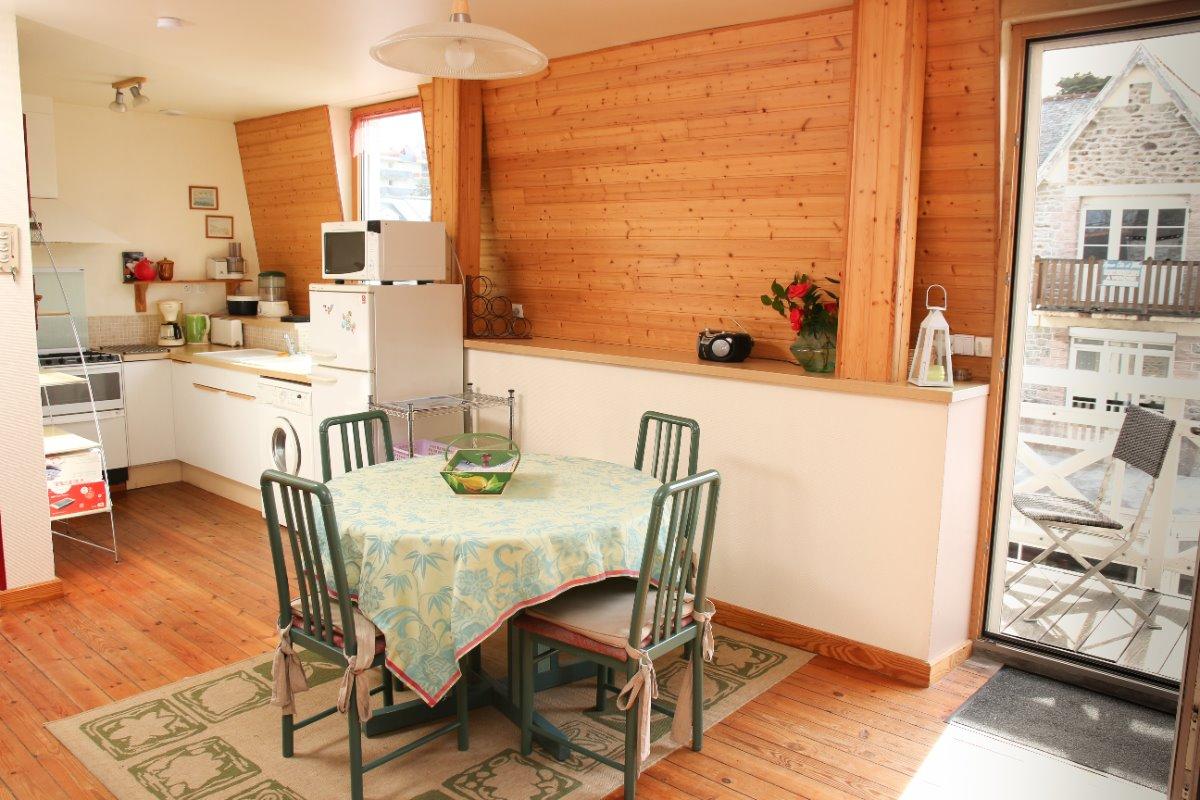 cuisine ouverte sur salle à manger ouverture sur balcon - Location de vacances - Pléneuf-Val-André