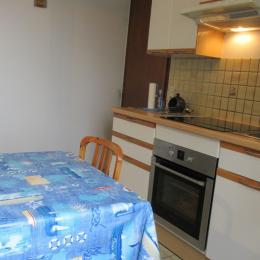 La cuisine indépendante équipée du RDC avec espace repas - Location de vacances - Binic