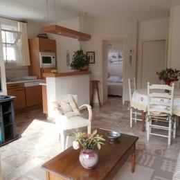 Le Gallais, location, Penvenan, espace séjour-salon avec cuisine américaine aménagée - Location de vacances - Penvénan