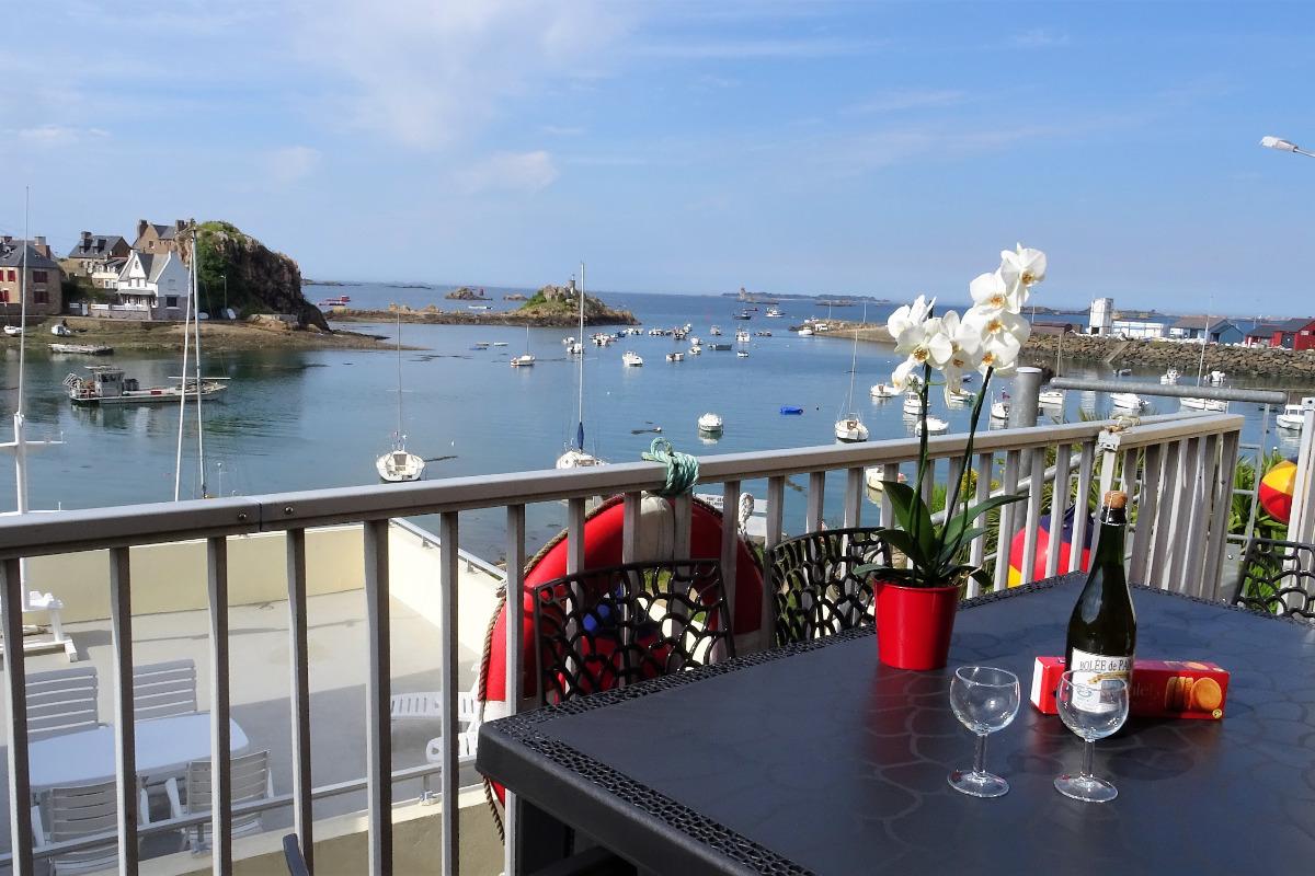 Terrasse bois vue mer avec table ,chaises, fauteuils et canapé  - Location de vacances - Ploubazlanec