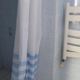 salle d'eau avec douche et lavabo - Location de vacances - Ploubazlanec