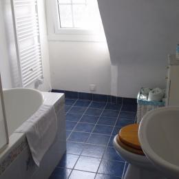 la salle de bain avec baignoire-paroi de douche et WC - Chambre d'hôtes - Plestin-les-Grèves