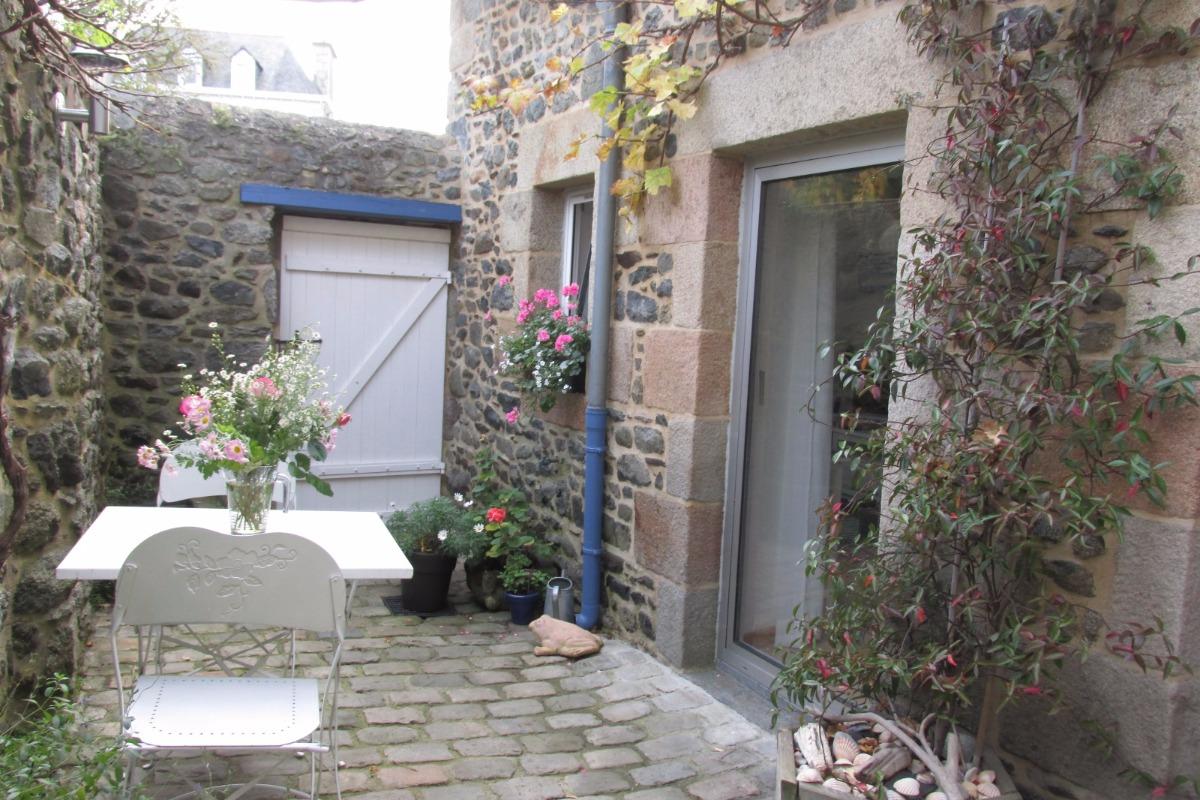 Cour intérieur fleurie - Location de vacances - Saint-Quay-Portrieux