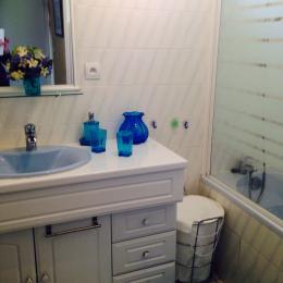 Salle de bain comprenant baignoire et douche - Location de vacances - Saint-Cast-le-Guildo