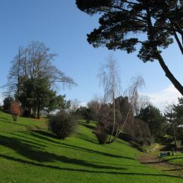 Jardin public vu de la terrasse, avec accès direct - Location de vacances - Saint-Cast-le-Guildo