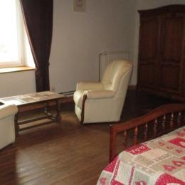 Grande chambre à l'étage avec 1 lit de 140, 1 lit de 90 et espace salon - Location de vacances - Paimpol