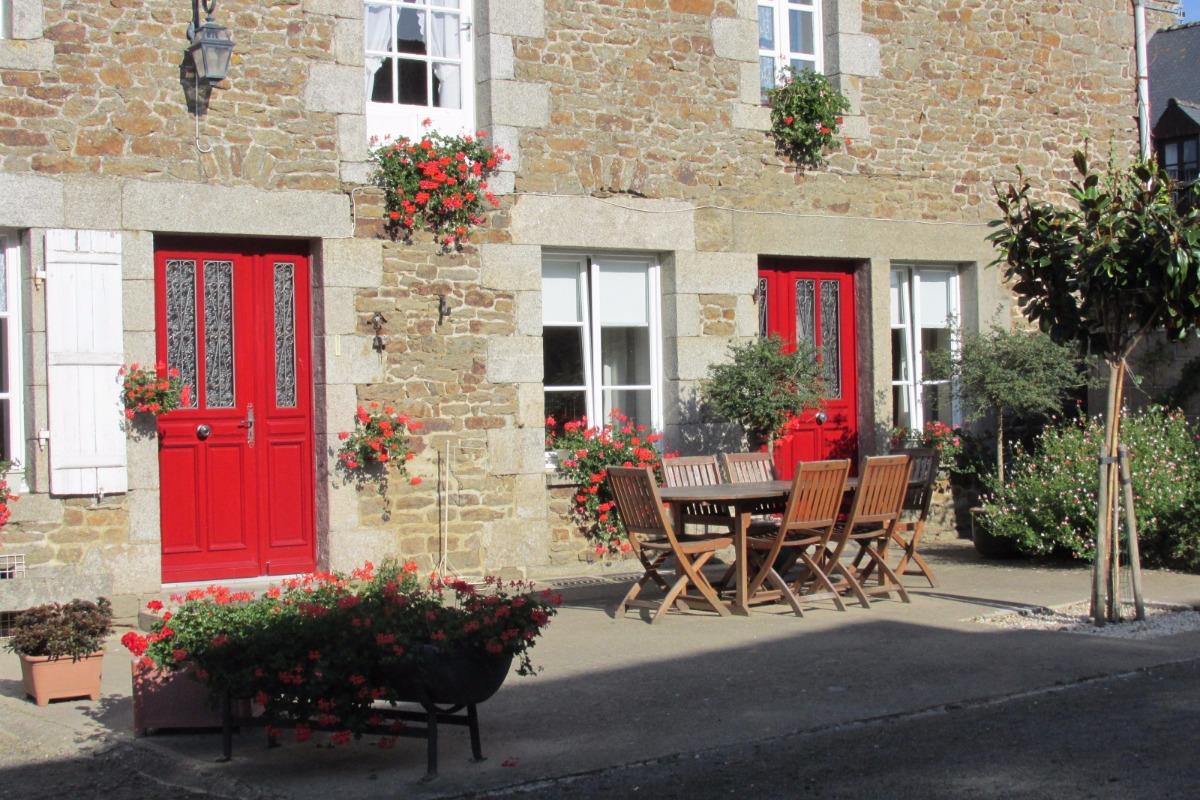 Entrée indépendante rouge à droite de la chambre - Chambre d'hôtes - La Vicomté-sur-Rance