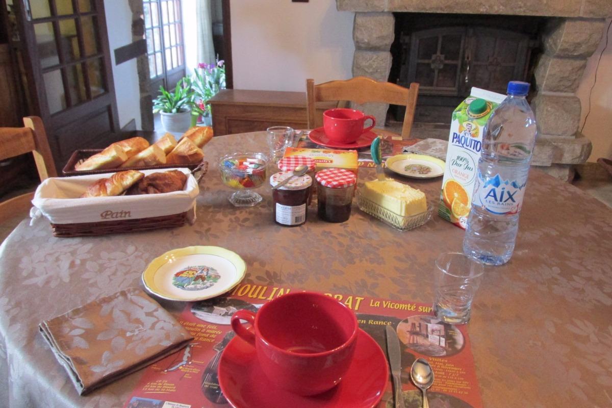 Petit-déjeuner copieux - Chambre d'hôte sur la Vicomté-sur-Rance - Chambre d'hôtes - La Vicomté-sur-Rance