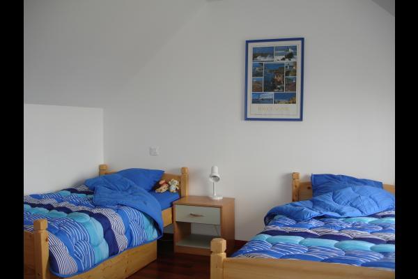 Chambre d'enfants : 2 lits jumeaux, lit d'appoint et lit pliant pour bébé - Location de vacances - Pléneuf-Val-André