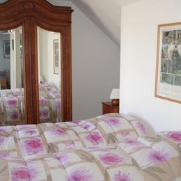 Chambre 1 : un grand lit de 160 pouvant être séparé en deux lits jumeaux - Location de vacances - Pléneuf-Val-André