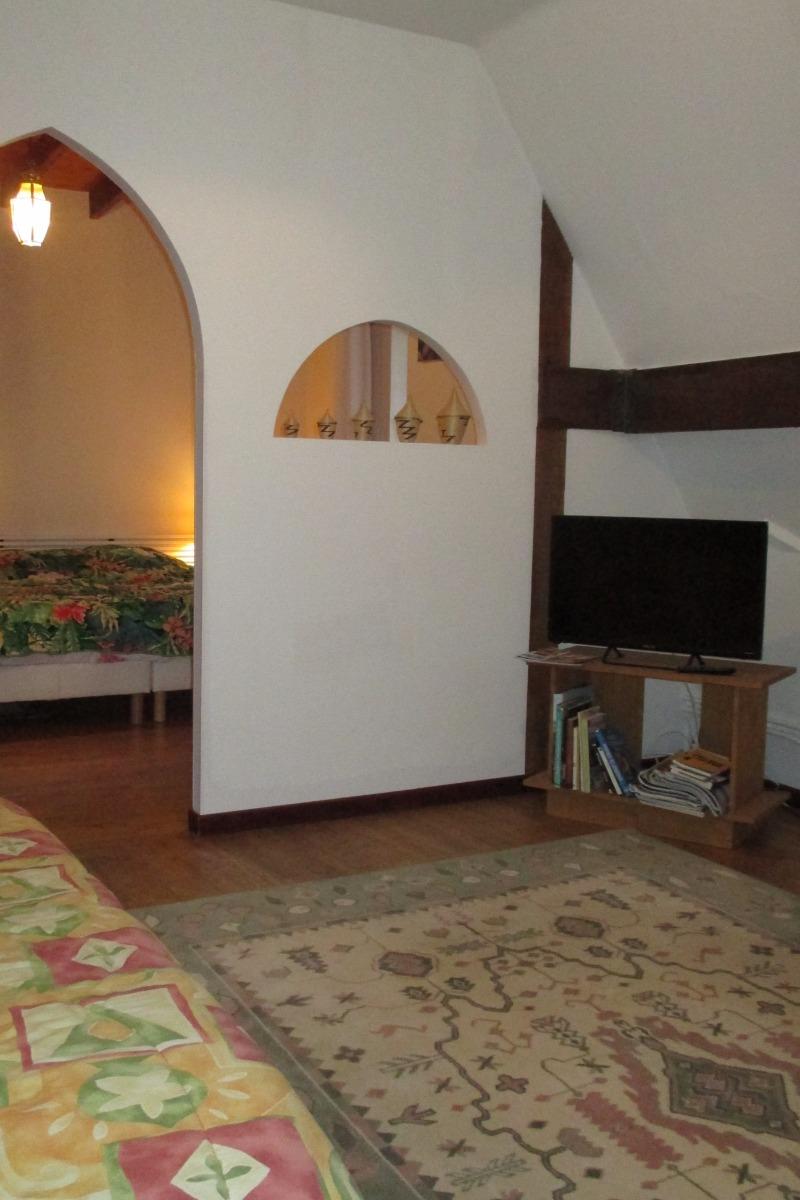 Thiebaut, chambre hôtes familiale, partie salon TV privatif à la chambre - Chambre d'hôtes - Plougrescant