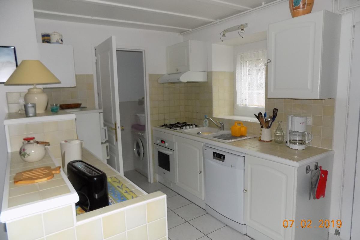 cuisine et entrée buanderie (lave linge) - Location de vacances - Erquy