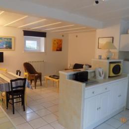 Vue d'ensemble coin cuisine, pièce à vivre - Location de vacances - Erquy