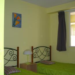 pièce avec 2 lits de 90 et fenêtre donnant sur hall d'entrée - Location de vacances - Binic