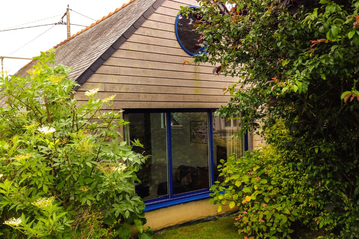 Grande baie vitrée donnant sur le jardin