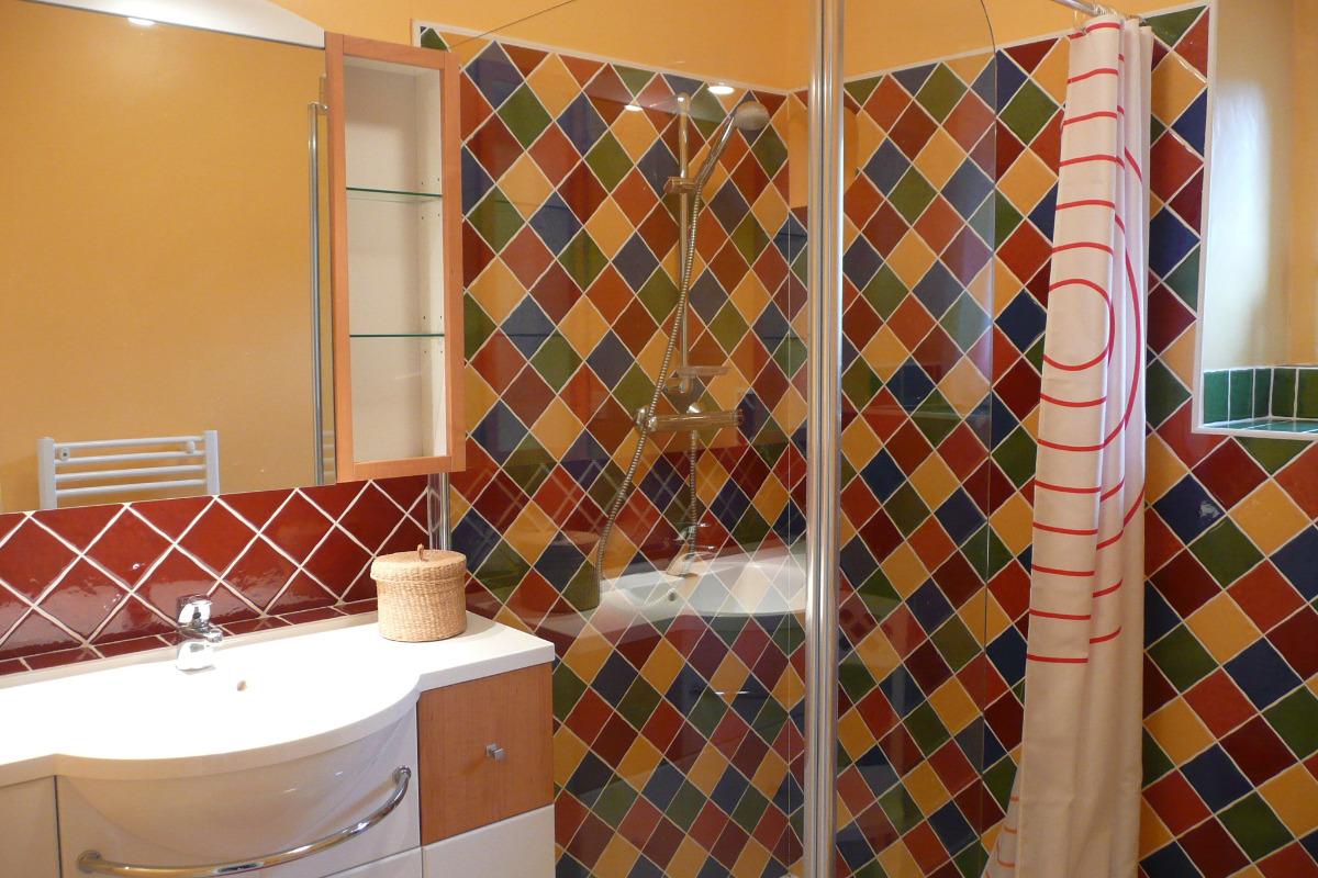 La salle de bain avec une douche à l'italienne
