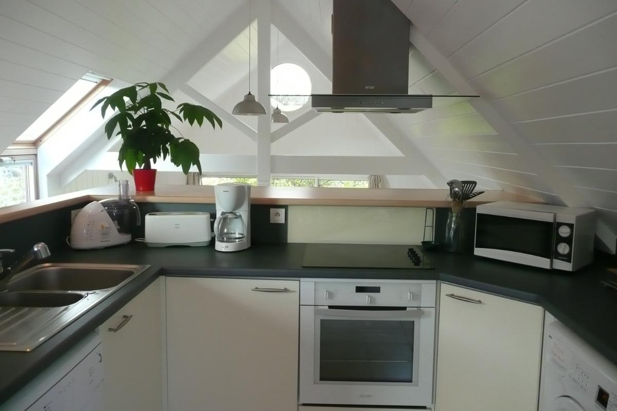 La cuisine surplombant le salon