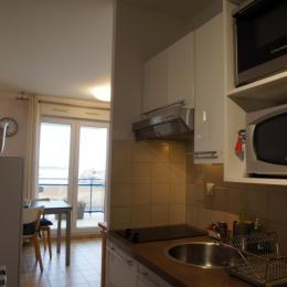 Kitchenette (vers séjour) - Location de vacances - Trégastel