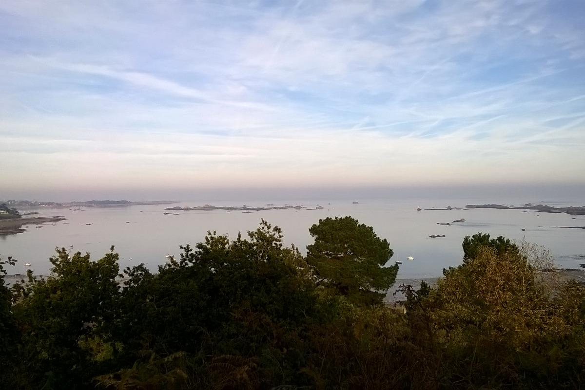 Mer d'huile et calme plat depuis le point de vue à 100 mètres de la maison ; l'ile de Bréhat est sur la gauche - Location de vacances - Ploubazlanec