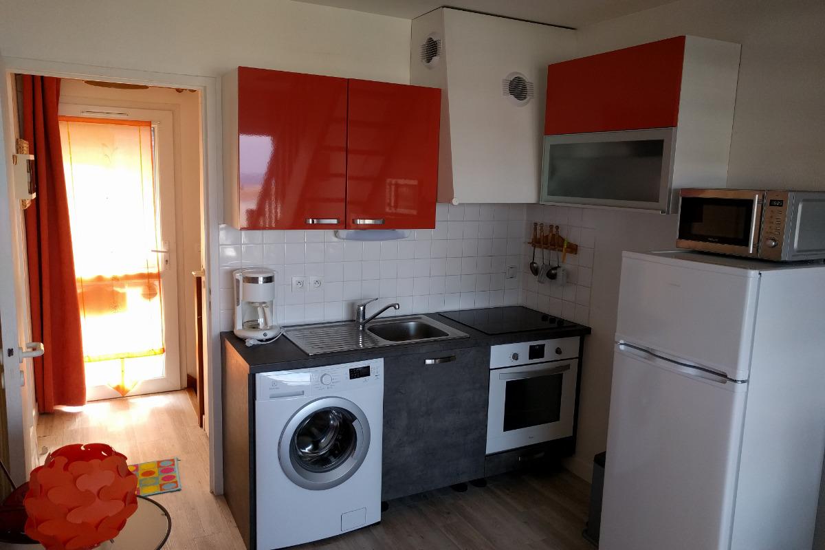 Coté cuisine et entrée - Location de vacances - Trévou-Tréguignec