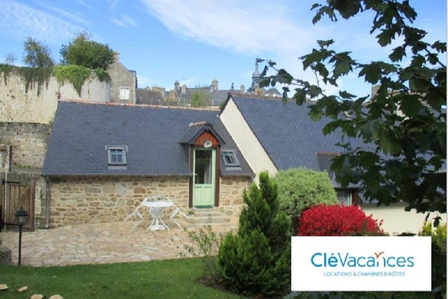 Entrée du studio et vue sur le chateau - Location de vacances - Moncontour