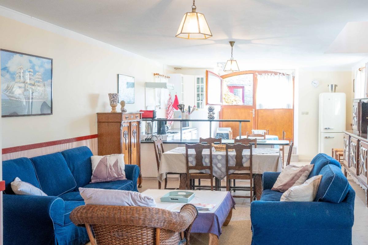 salon et cuisine ouverte - Location de vacances - Pléhédel