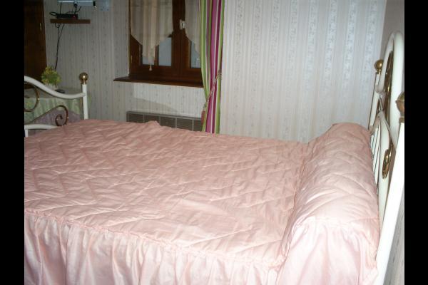 Chambre familiale rose avec vue sur le verger - Chambre d'hôtes - Sévignac