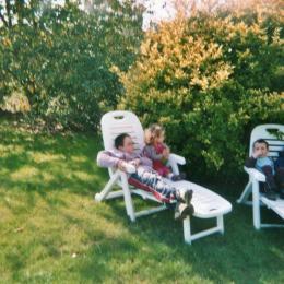Transats sur la pelouse bordant le verger - Chambre d'hôtes - Sévignac